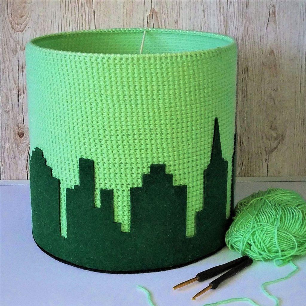 zielony abażur z motywem miasta