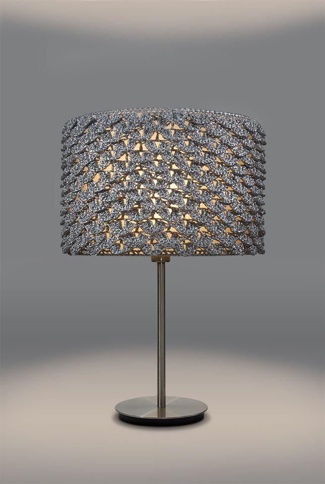 srebrna lampa stołowa