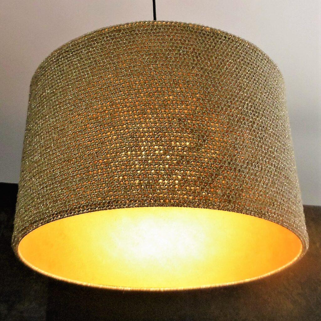 zapalona złota lampa sufitowa