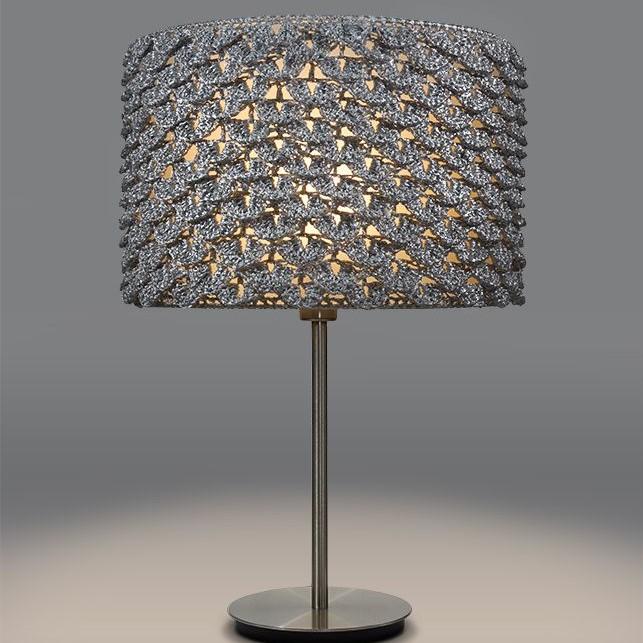 zapalona srebrna lampa wykonana ręcznie na szydełku